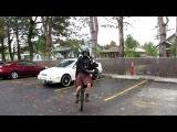 шотландский Дарт Вейдер играет на волынке сидя на уницикле